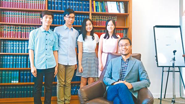 ■�鄐氂砥]前排)與4位首屆香港大學-倫敦大學學院法律課程同學一同介紹其學科。 吳希雯  攝