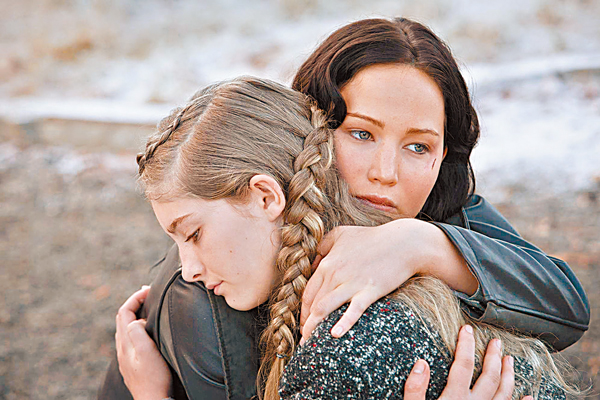 ■主角(後)與妹妹(前)擁抱。 網上圖片