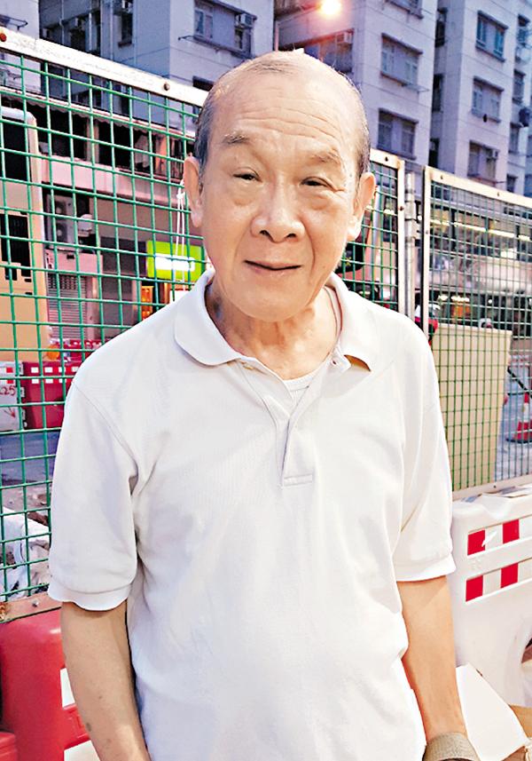 ■黃先生對地鐵通車表示歡迎。 陳文華  攝