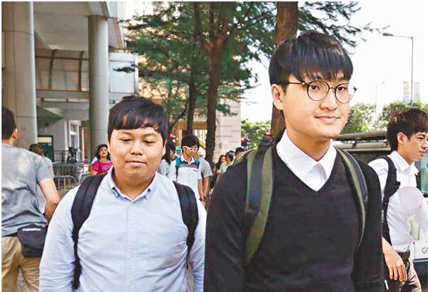 ■馮敬恩(右)與李峰琦昨日應訊後結伴離開法庭。