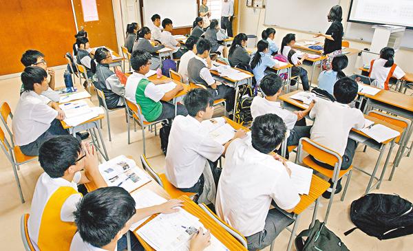 ■調查顯示,中史科選修比率有上升趨勢,但整體選讀3個選修科的學生比率繼續下跌。圖為中學生上課情形。 資料圖片