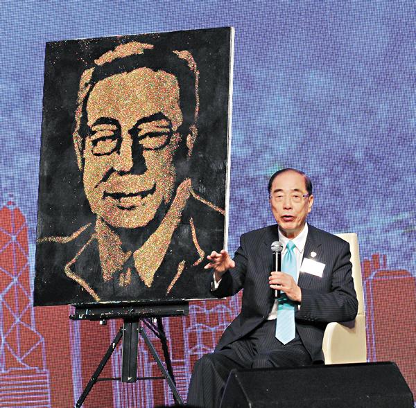 ■楊孫西於該會一眾副秘書長所贈之金粉畫肖像前分享感言。 邵萬寬  攝