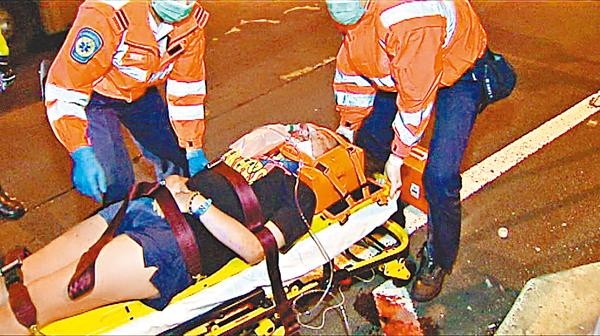 ■被撞傷浸大女生經包紮後送院。    電視截圖