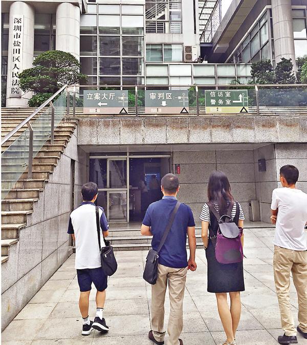 ■涉案家長昨日走進鹽田區法院。  記者李望賢 攝