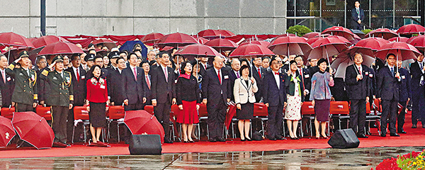 ■特區政府於昨晨在金紫荊廣場舉行國慶升旗儀式,香港各界約2,500人冒雨觀禮,共同慶祝中華人民共和國67周年華誕。 劉國權  攝