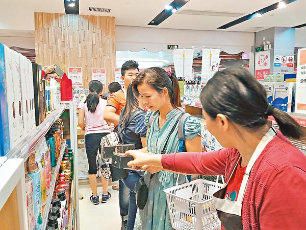 ■林小姐(右二)在港貨中心購買化妝品。 記者李昌鴻  攝