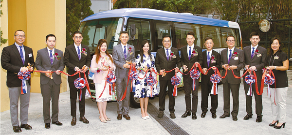 ■東華三院董事局成員為啟智學校新校巴的正式啟用剪綵。