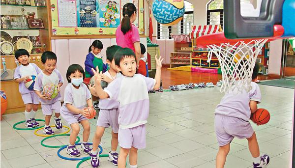 ■教育局昨日再透過《幼稚園概覽》公佈各校校服、茶點、課本及練習簿等雜費資料,當中不乏天價收費。資料相片
