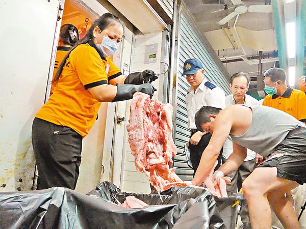 ■食環署人員在上環市政大廈街市銷毀1,000公斤懷疑「哮喘豬」。 資料圖片