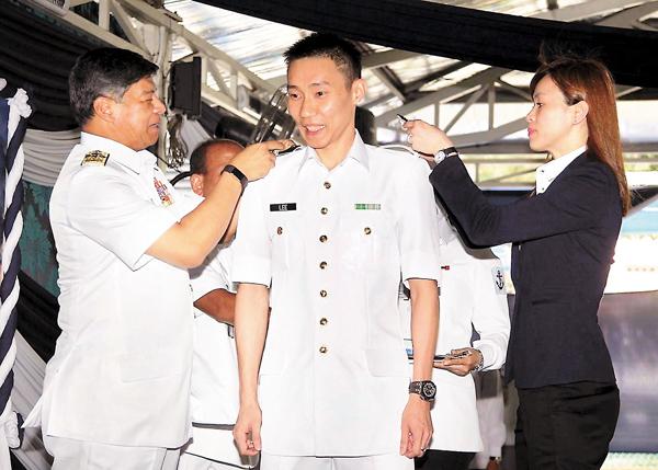 宗伟(中)获颁海军中校肩章. facebook图片-李宗伟晋升大马海军