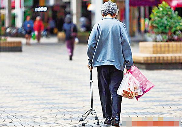 ■由於子女工作繁忙,陪伴老人過節的情況越來越少,以致重陽節形同虛設。網上圖片