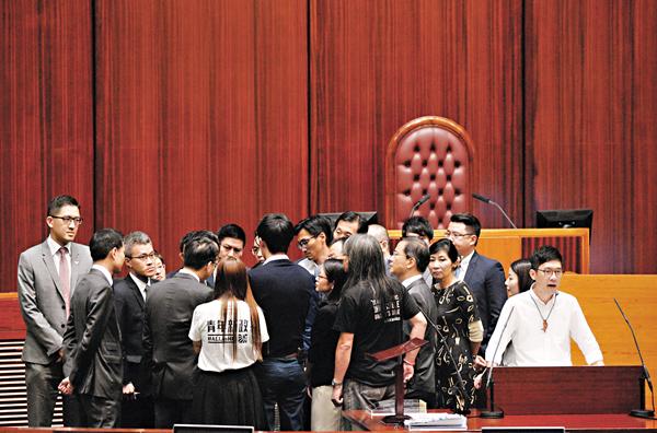 ■陳維安未能監誓,3人未正式成為議員,反對派議員更衝上台前包圍陳「理論」。梁祖彝 攝
