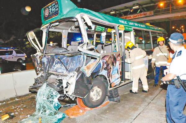■肇事小巴車頭毀爛不堪。