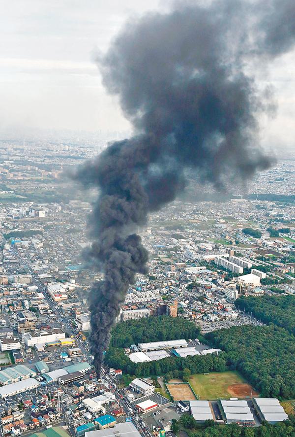 ■變電站冒出大量濃煙,遠處也清晰可見。 美聯社
