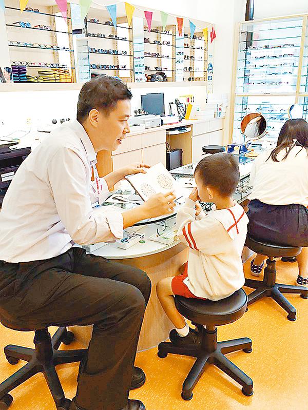 ■視光師昨日為40名幼稚園學童進行視覺篩查。 受訪者供圖