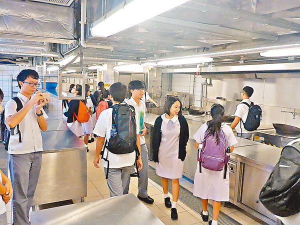 ■學生參觀款待管理系實習室。校方供圖