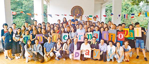 ■�睆瓾|行首屆國際日,吸引逾百名學生參加。�睆犐揤�