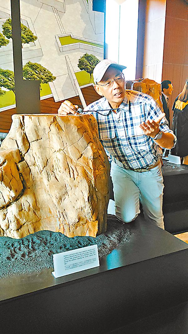 ■陳龍生講解木化石知識。吳希雯  攝