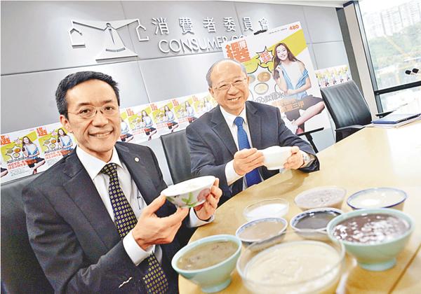 ■楊子橋(左)說,同一糖水的不同樣本,糖含量可相差達一倍,顯示消費者亦接受較低糖分的糖水。 梁祖彝  攝
