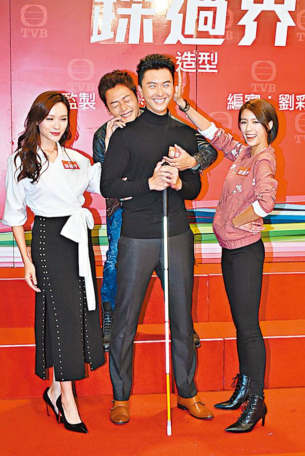 ■扮演盲人律師的王浩信被蔡思貝、李佳芯及張振朗夾擊。