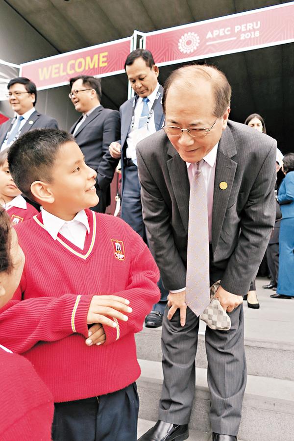 ■吳克儉(右)與秘魯利馬的學生代表交流。 教育局圖片