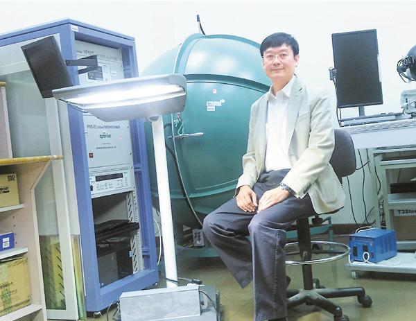 ■許樹源研發出可持續發展LED路燈。 吳希雯  攝