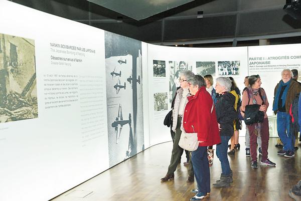 ■當地時間10月22日,「共同見證--1937南京大屠殺史實展」在位於法國岡城和平紀念館揭幕。圖為法國觀眾認真觀展。 中新社