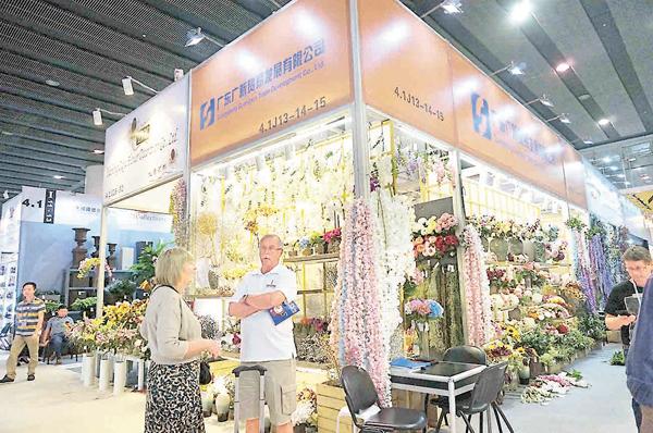 ■「廣交會」塑料花材和飾品參展商稱今年銷量較去年增長兩三成。 記者帥誠 攝