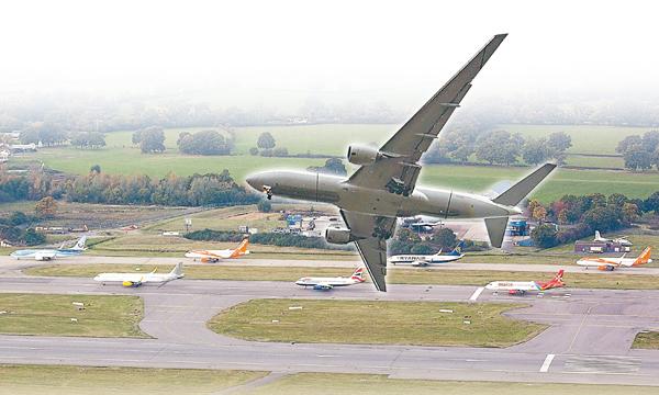 ■希思羅機場客運量已飽和多年,商界一直爭取增建跑道。 彭博社