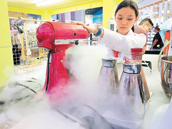 ■現在許多餐廳提供以液態氮即時製作的雪糕 。  網上圖片