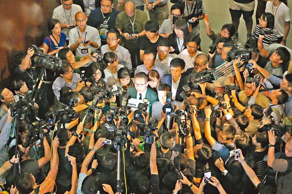 ■昨日游蕙禎、梁頌恆在反對派築起「人�晼v保護下,強行闖入立法會會議廳。 莫雪芝 攝