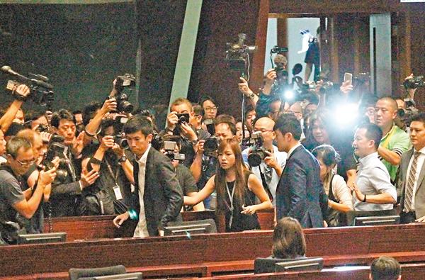 ■游蕙禎、梁頌恆闖入會議廳後,立即搶佔座位,「夾硬」要求宣誓。 劉國權 攝