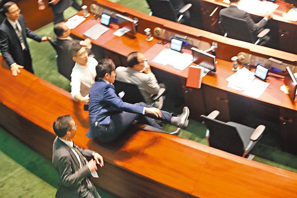 ■鄭松泰被主席勒令離開會議廳,飛身跳回座位賴死不走。 莫雪芝 攝