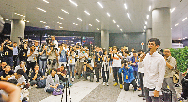 ■「青政」在立法會外集會人丁單薄,記者比示威者還多。 曾慶威  攝