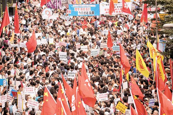 ■逾萬市民前日在立法會外集會,聲討游梁辱國辱族劣行,反對宣誓違法者進入議會,聲勢浩大。