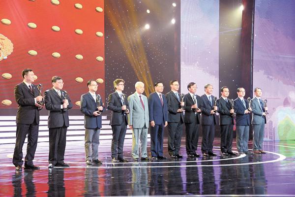 ■盛華仁和江丙坤為獲得「紫峰獎」的台資企業代表頒獎。記者賀鵬飛  攝