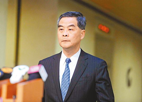 ■梁振英昨日表示,特區政府希望盡量在香港範圍內解決「宣誓風波」,但不能排除釋法的可能性。 中通社