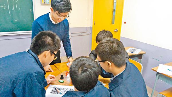 ■主修生物化學工程的Shawn(左二)鼓勵學生自主學習,感受科學的趣味。 良師香港供圖
