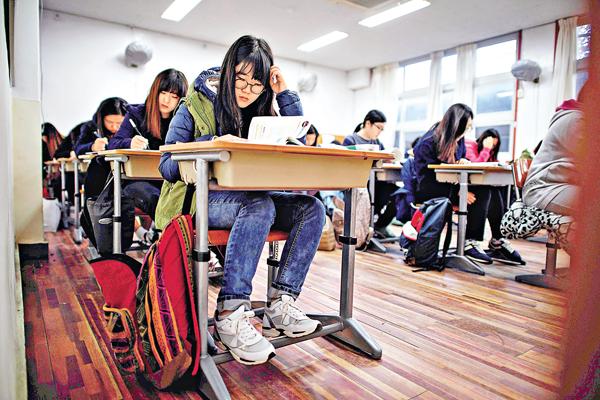 ■撰寫減壓的演講稿時,可提出家長為子女報讀大大小小的補習班,可能會對子女造成壓力。 資料圖片