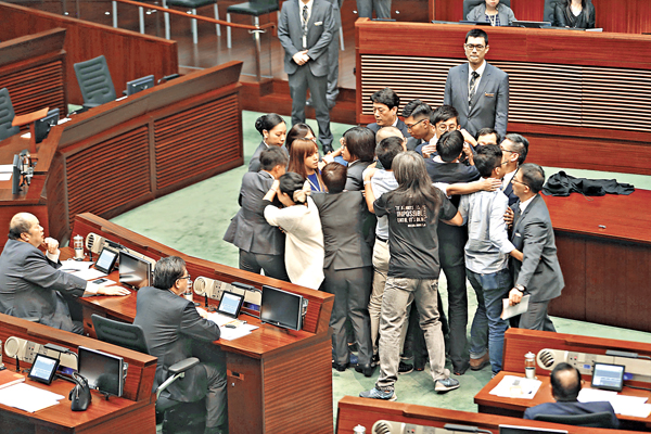 ■游蕙禎及梁頌恆昨日再次在多名反對派議員翼護下強闖立會議事廳,導致多名保安員受傷。 莫雪芝  攝
