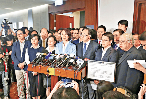 ■建制派議員嚴厲譴責梁游等反對派議員衝擊傷人暴行。 莫雪芝  攝
