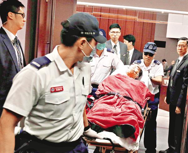 ■游梁等人的衝擊行為,造成6名立法會保安員受傷送院,其中1人傷勢嚴重,昨日仍然留醫。資料圖片