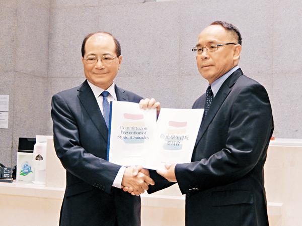 ■吳克儉(左)昨日在委員會主席葉兆輝(右)手上接過最終報告。 姜嘉軒  攝