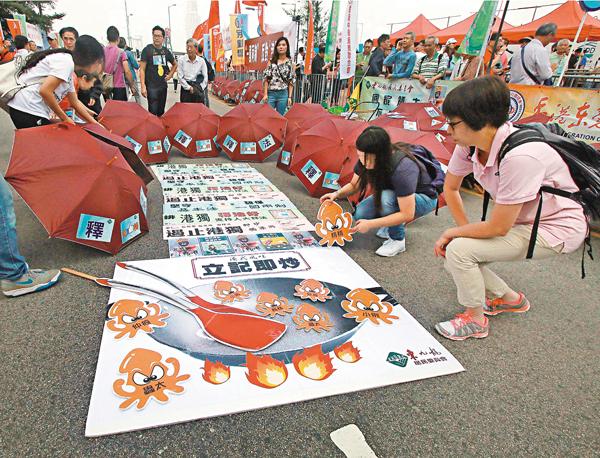 ■昨日集會,市民製作大型公仔圖片「反港獨 撐釋法」,炒「雙邪」。
