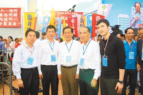 ■左起:林龍安、譚錦球、吳良好、周安達源、蔡加讚齊出席集會。 邵萬寬  攝