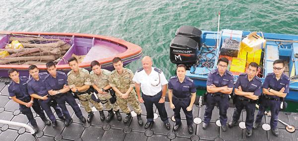 ■水警人員展示扣查的兩艘走私「中飛」快艇。