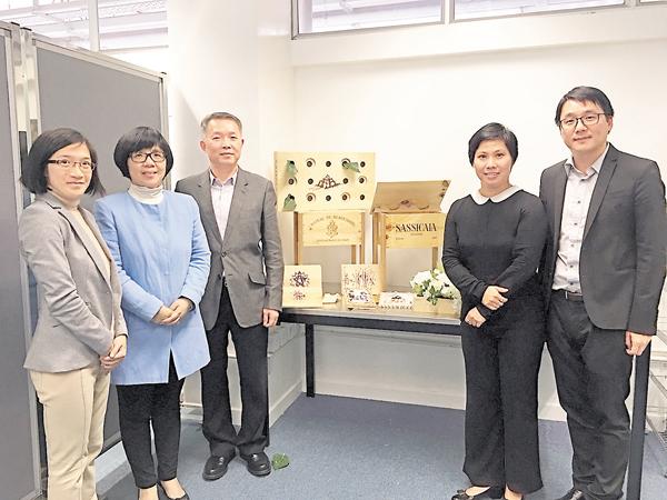 ■THEi環境及設計學院副院長何志榮(左三)及張浩(右一)等一同介紹研究項目。 吳希雯  攝