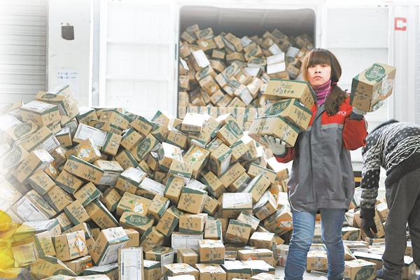 ■雙十一讓快遞公司包裹堆積如山。圖為浙江臨安一家快遞公司員工分揀包裹。資料圖片