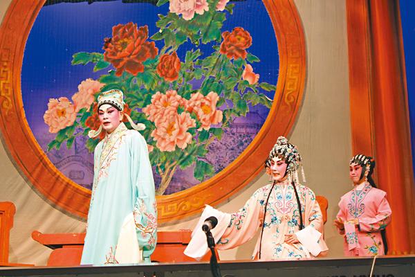 ■汪明荃和羅家英演出喜劇《福星高照喜迎春 》。 植毅儀  攝