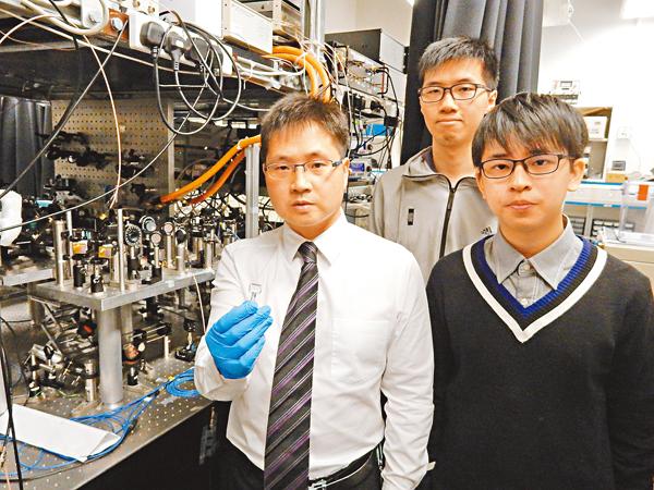 ■圖為杜勝望(前排左)手持熱原子蒸氣室與本科生周子翹(右)和祝令邦(後排)合照。 黎忞攝